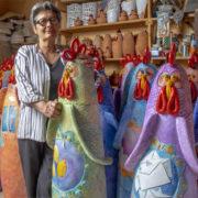 """""""100 galline tra i Sassi di Matera"""": fino al 4 novembre nel Sasso Barisano l'installazione di Francesca Pastore"""