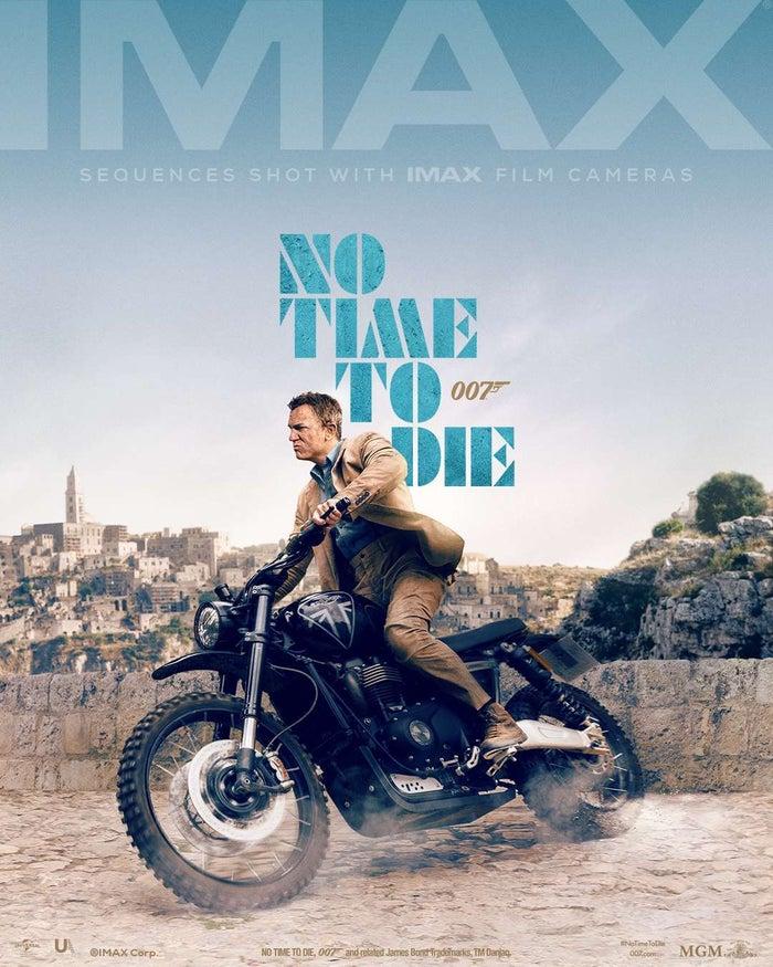 """James Bond in sella a una moto sullo sfondo dei Sassi: è il nuovo poster di """"No Time To Die"""" diffuso online dalla IMAX Corporation"""