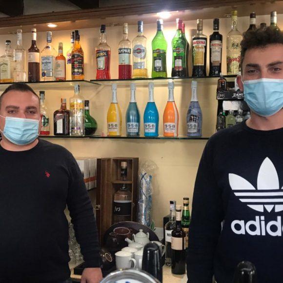 """Da Bernalda la storia di Ario e Graziano, proprietari di un bar-tabaccheria: """"Il Covid a noi non pesa a livello personale, siamo abituati da anni ad affrontare situazioni peggiori"""""""